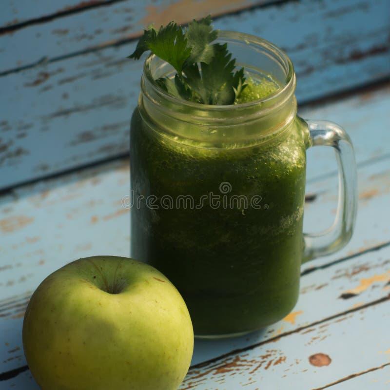 Ma?? do verde da desintoxica??o e suco de vegetais saud?veis imagens de stock royalty free