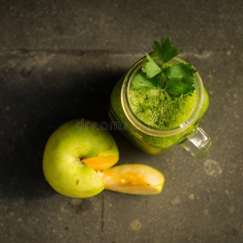 Ma?? do verde da desintoxica??o e suco de vegetais saud?veis fotos de stock royalty free
