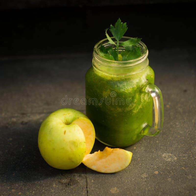 Ma?? do verde da desintoxica??o e suco de vegetais saud?veis foto de stock royalty free