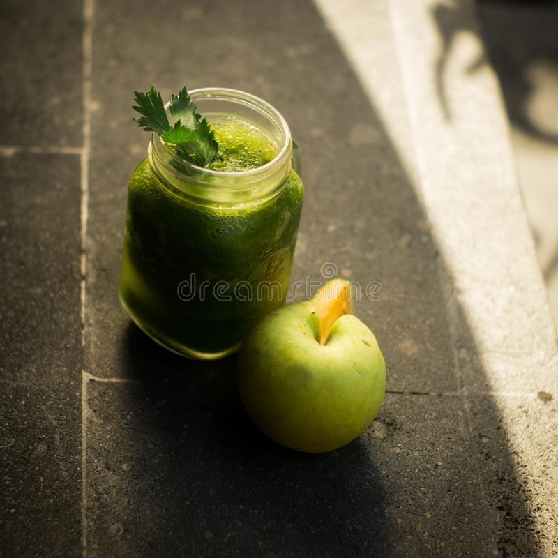 Ma?? do verde da desintoxica??o e suco de vegetais saud?veis imagens de stock