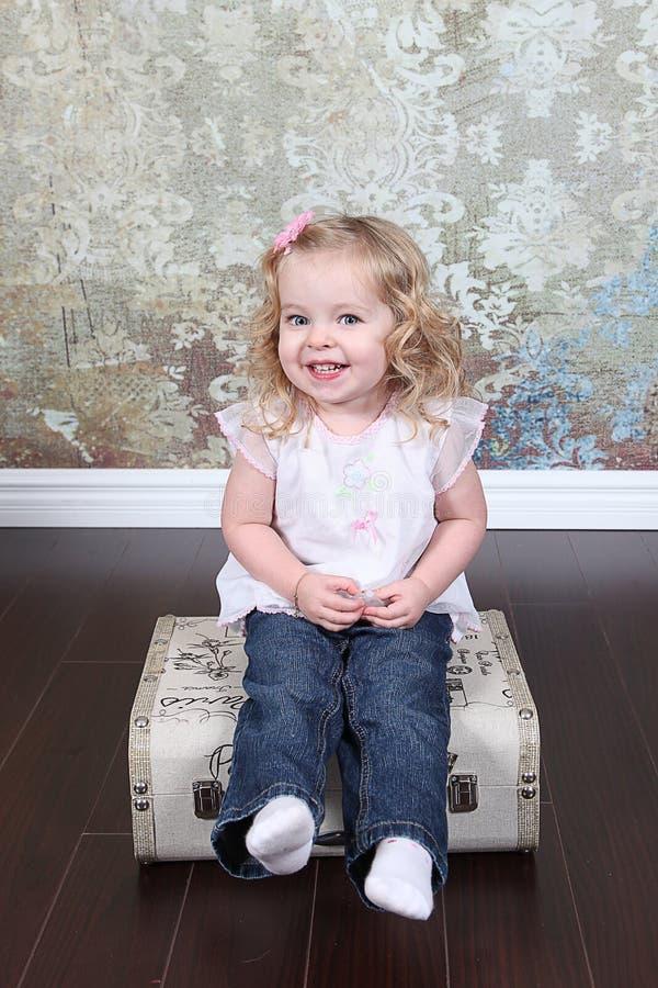 Download Mała Dziewczynka Na Walizce Obraz Stock - Obraz: 28250431