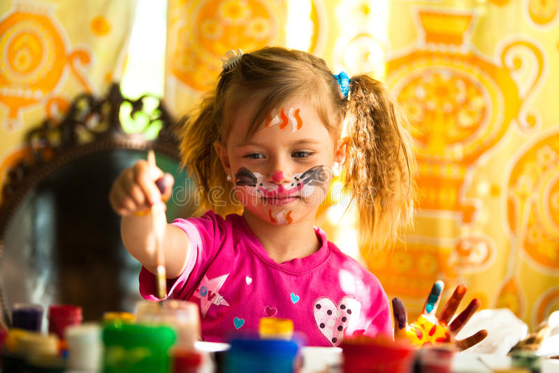 Download Mała Dziewczynka Rysunku Farba Obraz Stock - Obraz złożonej z twarz, armada: 28957469