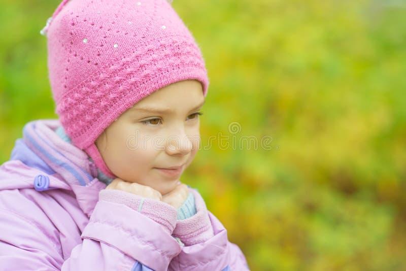 Mała Dziewczynka W Kapeluszu I Kurtce Zdjęcia Royalty Free