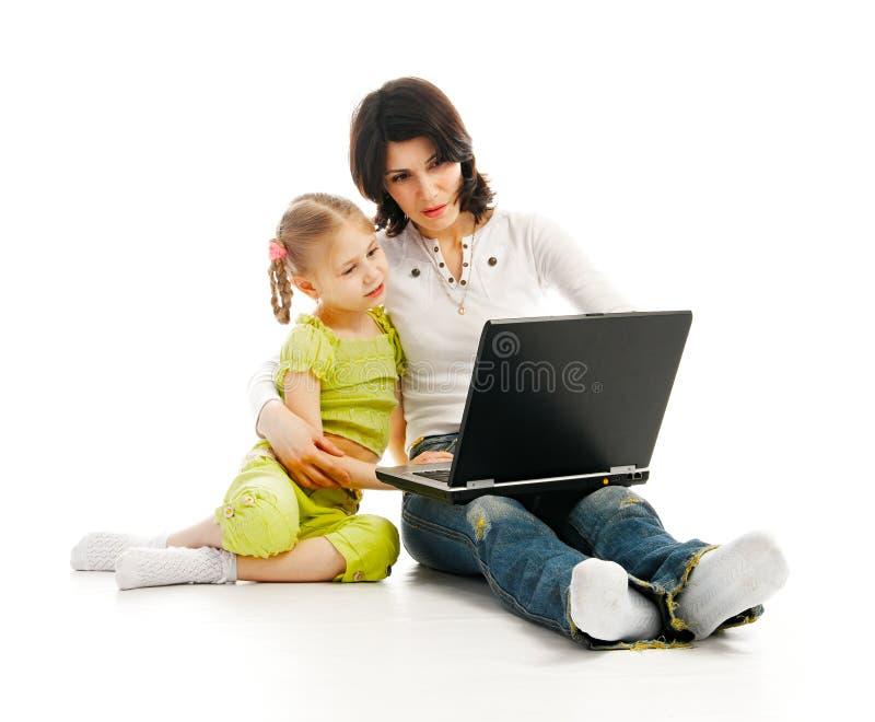 MA e bambino con il computer portatile immagine stock libera da diritti