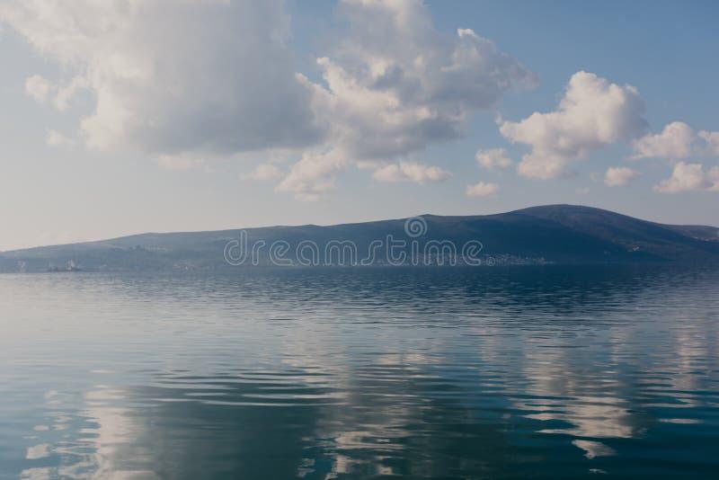Ma?e turystyczne wioski na zatoce Kotor w Montenegro, w pogodnym letnim dniu Pocz?tek rejs od Tivat miasta obraz royalty free