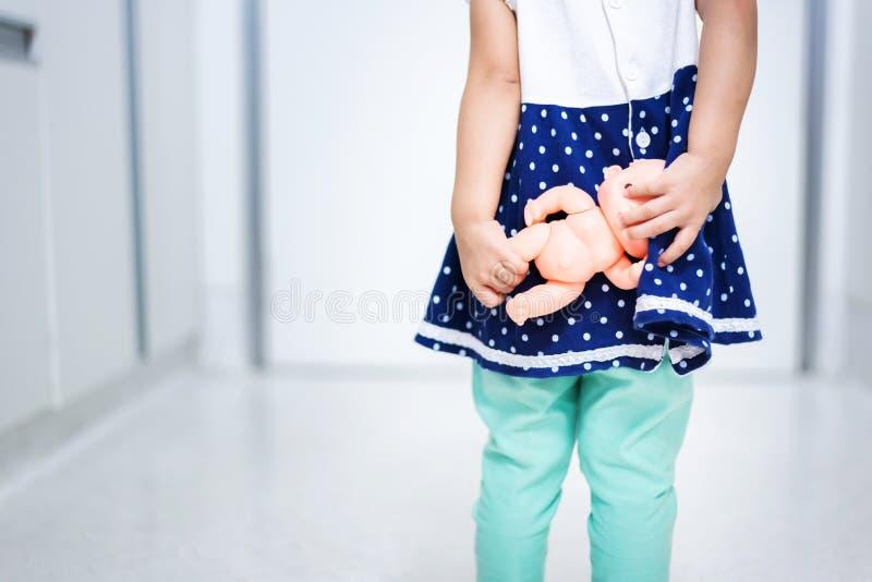 Ma?ego dziecka mienia dziecko - lala przestraszona chodzi? za drzwi zdjęcia stock