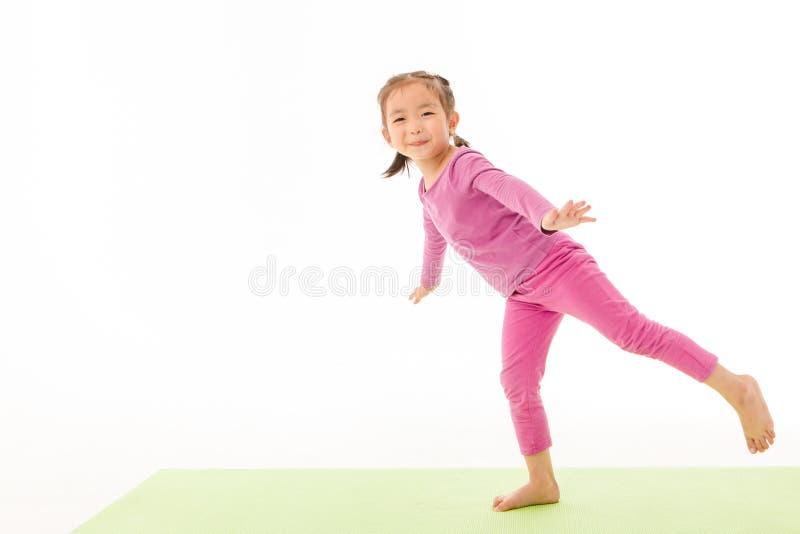Ma?ej dziewczynki praktyki joga fotografia stock