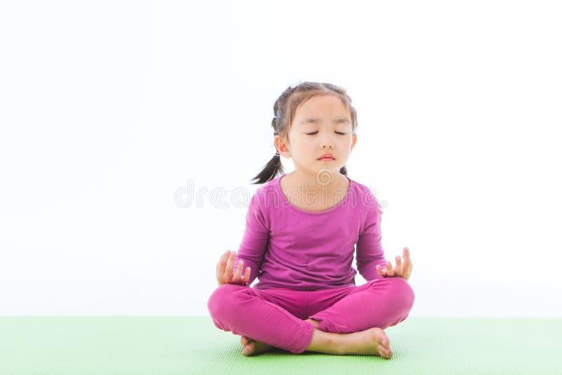 Ma?ej dziewczynki praktyki joga obrazy royalty free