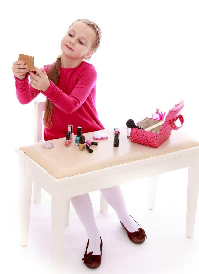 Download Małej dziewczynki primp zdjęcie stock. Obraz złożonej z odosobniony - 57669252