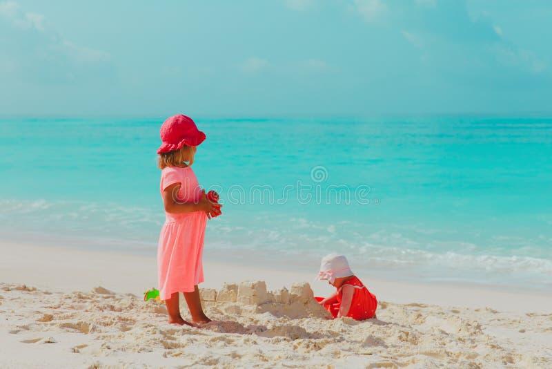 Ma?ej dziewczynki sztuka z piaskiem na pla?y fotografia stock