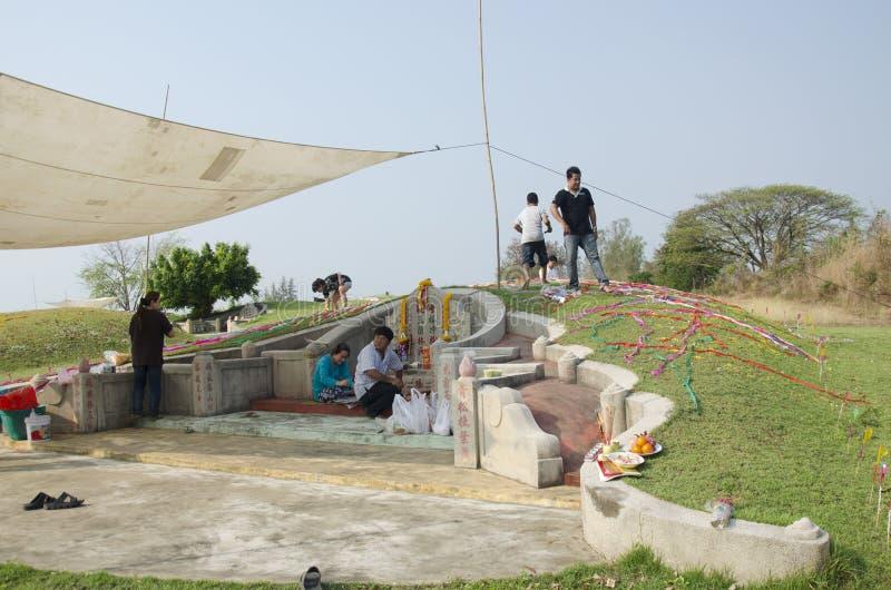 Ma famille priant et nourriture et idole chinoise de offre sacrificatoires t de papier photo libre de droits
