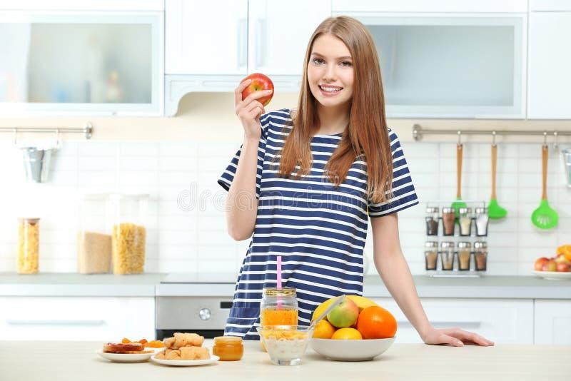 ma kobiet potomstwa piękny śniadanie fotografia stock