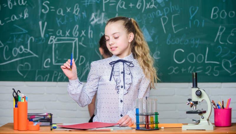 Ma?a naukowiec praca z mikroskopem Biologii lekcja Ma?e dziewczynki w szkolnym lab Biologii edukacja nauka obrazy royalty free