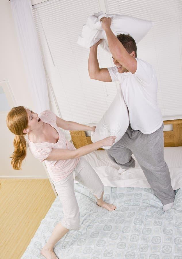 ma poduszkę figlarnie pary walka zdjęcie royalty free