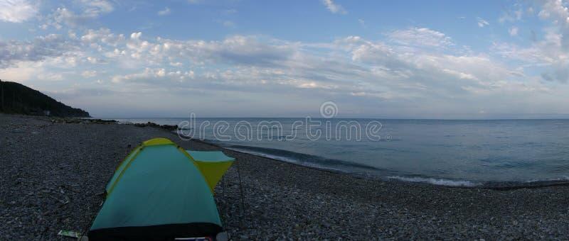 Ma tente est sur la Mer Noire et c'est mon endroit de répétition photographie stock