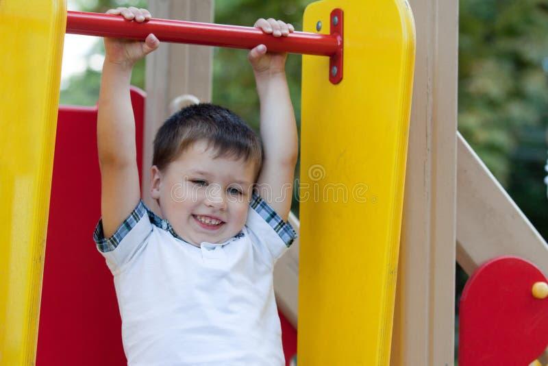ma trochę śliczna chłopiec zabawa obraz stock
