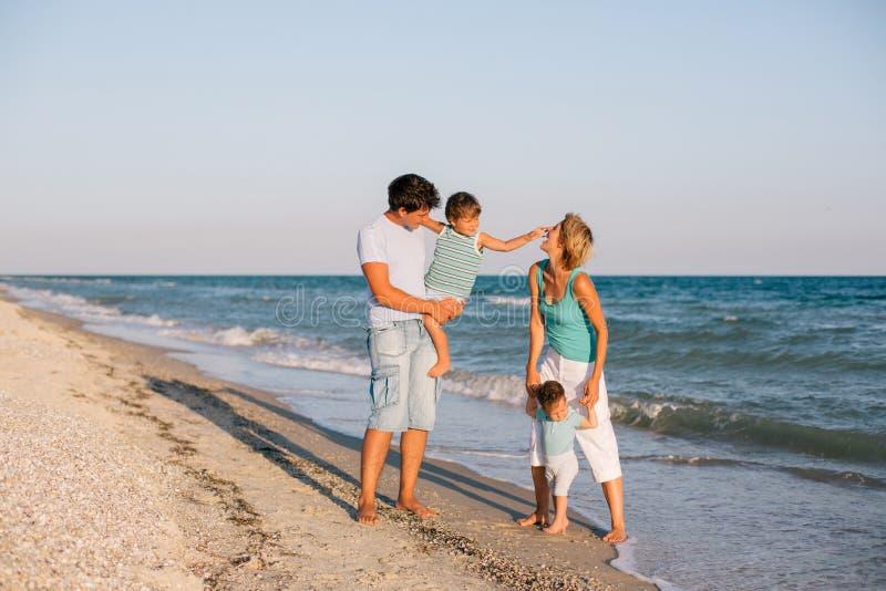 Download Ma Tropikalnego Plażowa Rodzinna Zabawa Obraz Stock - Obraz złożonej z mama, przyjemność: 53793335