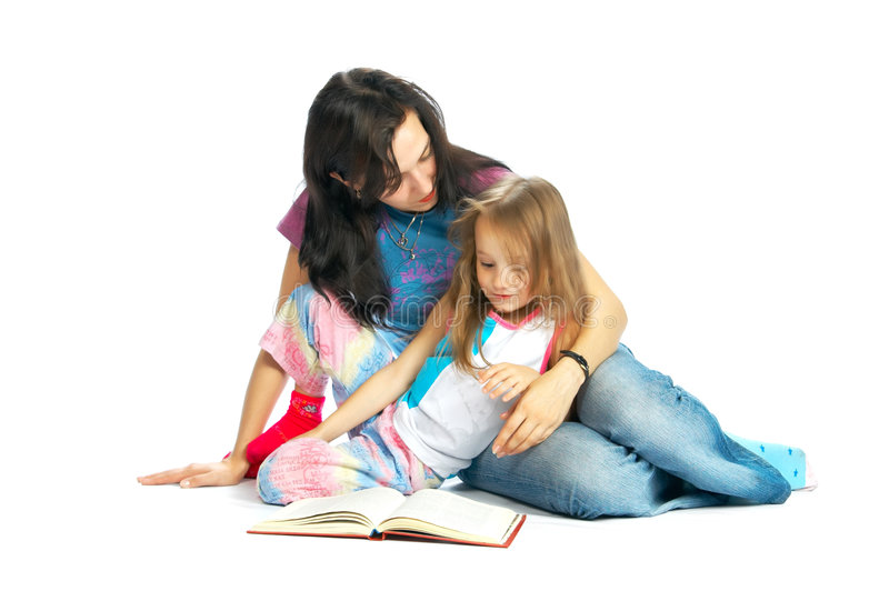 MA und Tochter lasen Buch lizenzfreie stockfotos