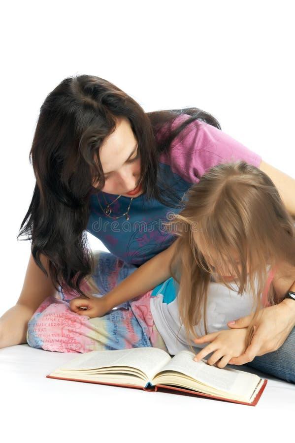 MA und Tochter lasen Buch stockfotos