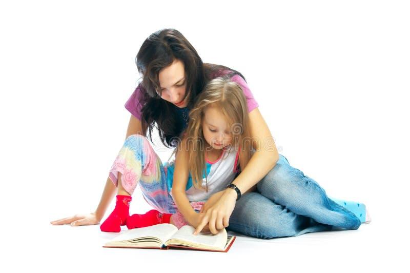 MA und Tochter lasen Buch lizenzfreies stockfoto