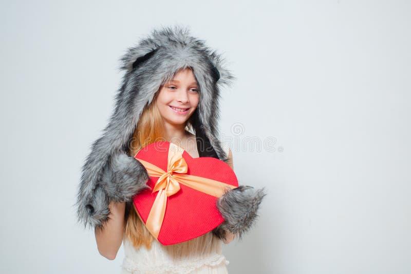 Ma?y dziewczyny odzie?y zimy kapeluszu szalik Zimy moda wykazuje tendencj? dla dzieciak?w czerwona r??a teraźniejszy pudełko w ks zdjęcia royalty free