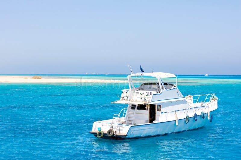 Download Mały oceanu jacht obraz stock. Obraz złożonej z prędkość - 13333841