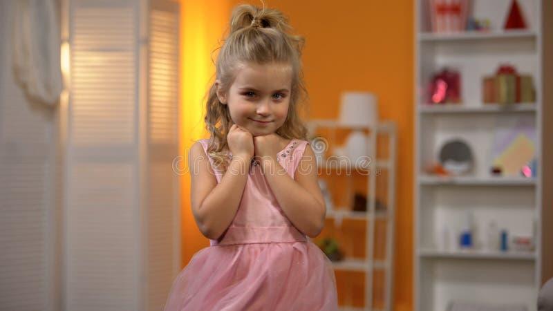 Ma?y princess w uroczej menchii sukni, dzieci?stwo sen, szcz??liwa preschool dziewczyna obrazy stock