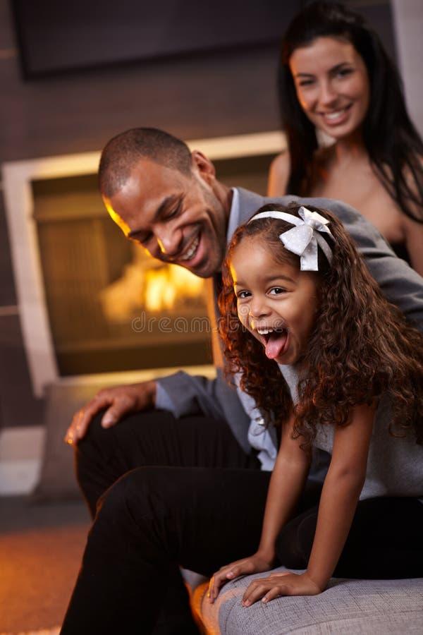 Ma zabawę szczęśliwa różnorodna rodzina w domu obraz stock