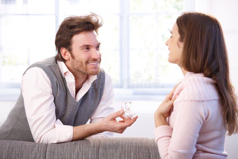 Ma zobowiązanie szczęśliwy mężczyzna i kobieta zdjęcie royalty free