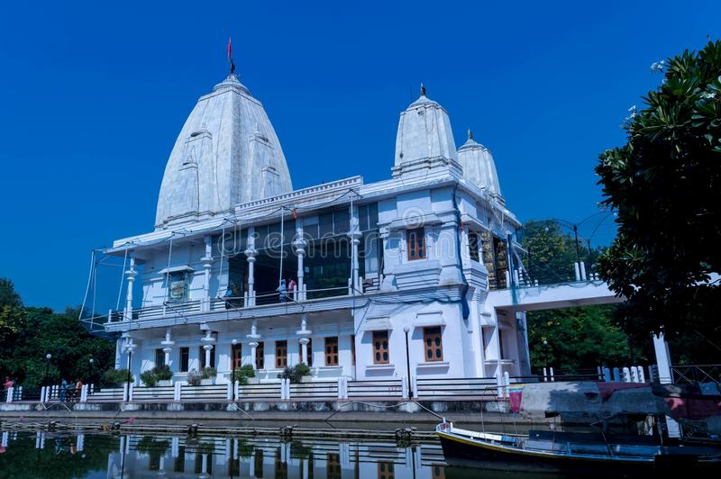 Maa sita寺庙在sitamadhi bhadohi的湖 免版税图库摄影
