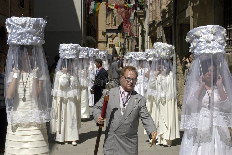 Maagdelijk koor in traditioneel kostuum in optocht, Spanje royalty-vrije stock fotografie