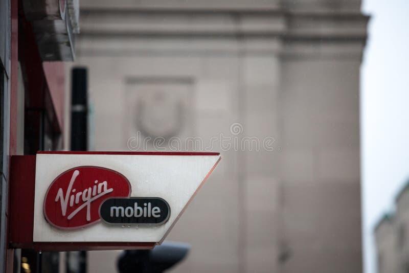 Maagdelijk mobiel embleem op hun hoofdwinkel voor het centrum van Montreal Een deel van Richard Branson Virgin-Groep stock foto