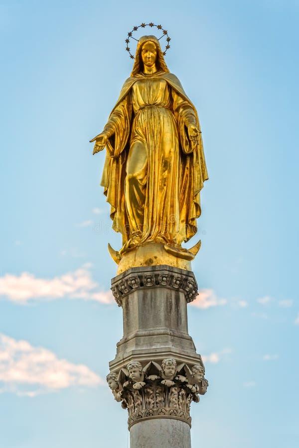 Maagdelijke Mary Golden Statue royalty-vrije stock foto's