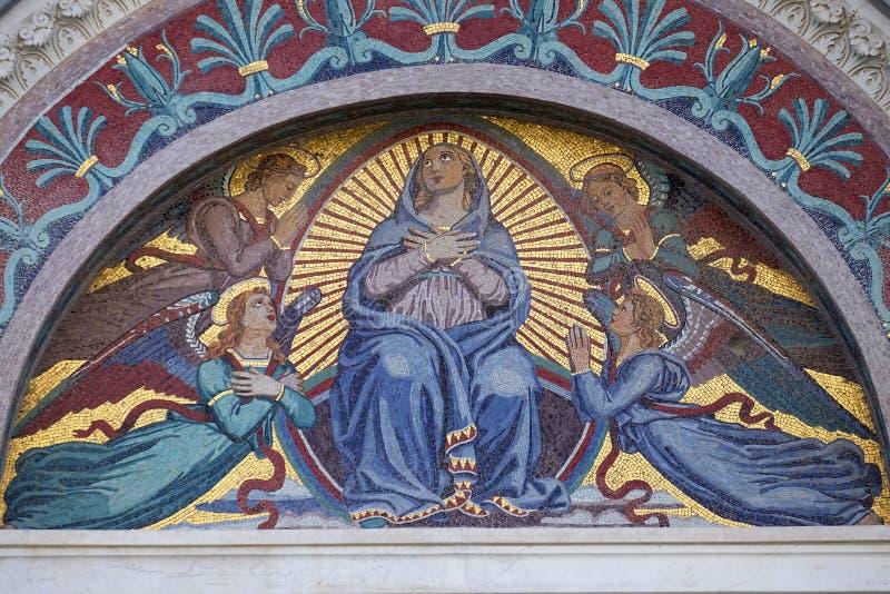 Maagdelijke Mary omringde door engelen stock foto's
