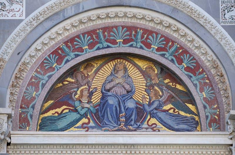 Maagdelijke Mary omringde door engelen stock afbeeldingen