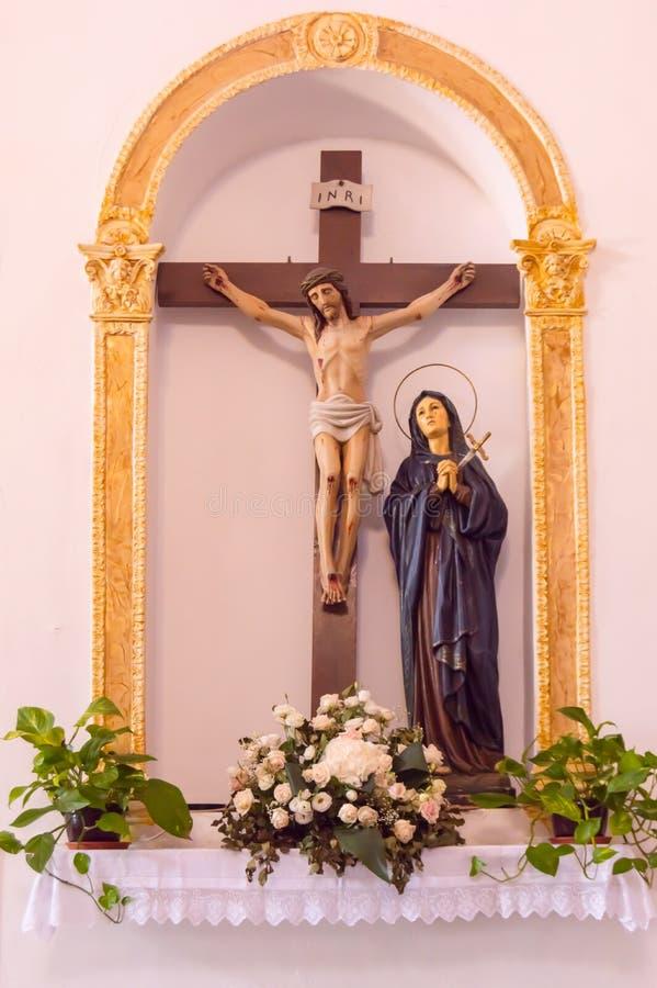 Maagdelijke Mary vóór het kruis van Jesus Christ in sanctuar stock foto's