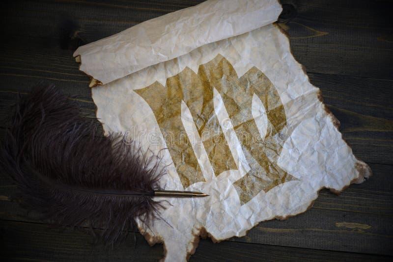 Maagdteken van de dierenriem op uitstekend document met oude pen op het houten bureau stock afbeelding