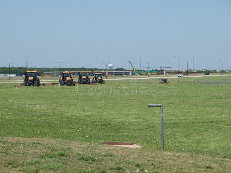Maaiend het Gras bij Internationale DFW stock afbeeldingen