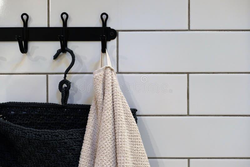 Maak Gekleurde handdoeken schoon die op het rek in de badkamers hangen Nadruk op de bovenkant van de haak en de handdoeken stock foto's