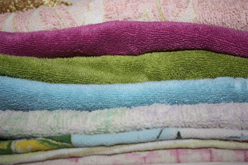 Maak gevouwen handdoeken van verschillende kleuren schoon - close-up royalty-vrije stock afbeelding