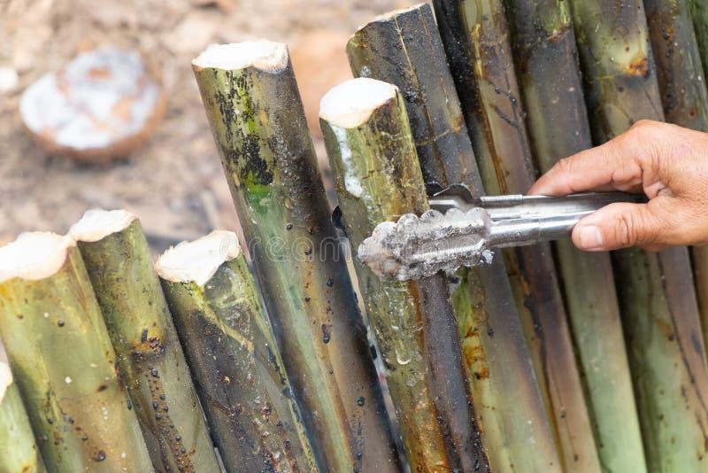Maak glutineuze die rijst met kokosmelk in een de verbindingencilinder van het lengtebamboe wordt geroosterd, is Khao Lam Traditi royalty-vrije stock fotografie
