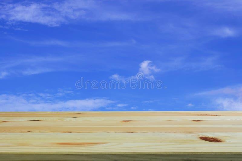 Maak houten lijstvoorgrond met blauwe hemel schoon en betrek achtergrond, lege ruimteplaats een product royalty-vrije stock foto's