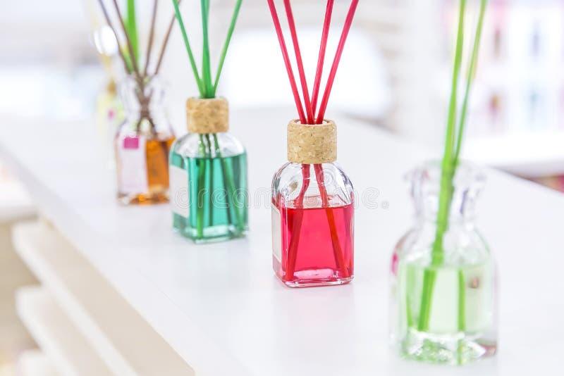 Maak, hygiëne schoon, aromatherapy en gezondheid Geurige luchtverfrissing in glaskruiken met stokken voor huis en ruimten met ver stock foto