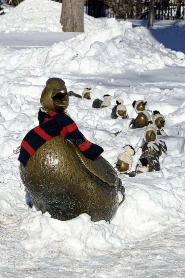 ` Maak manier voor Eendje ` met Mevr. Duck die haar de wintersjaal dragen, stock afbeelding