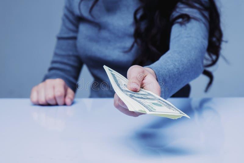 Maak Miljoenen door Loaning-Geld Bedrijfsvrouw die u lening D geven royalty-vrije stock foto's