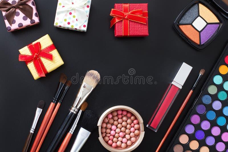 Maak omhoog concept Valentine-moederdag Schoonheidsmiddelen op zwarte dozen als achtergrond en gift Hoogste mening Spot omhoog De royalty-vrije stock afbeelding