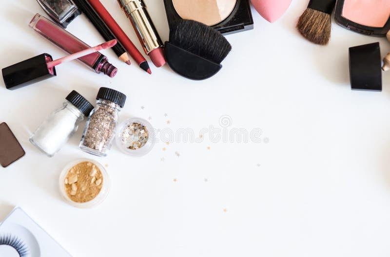 Maak omhoog decoratieve schoonheidsmiddelen op witte hoogste mening als achtergrond stock afbeelding
