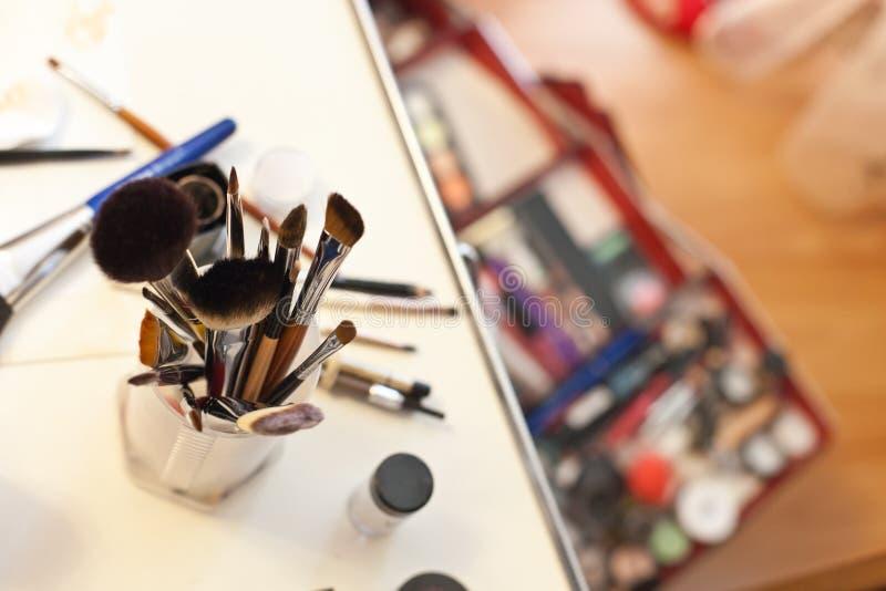 Maak omhoog geval met schoonheidsmiddelen en borstels stock foto's