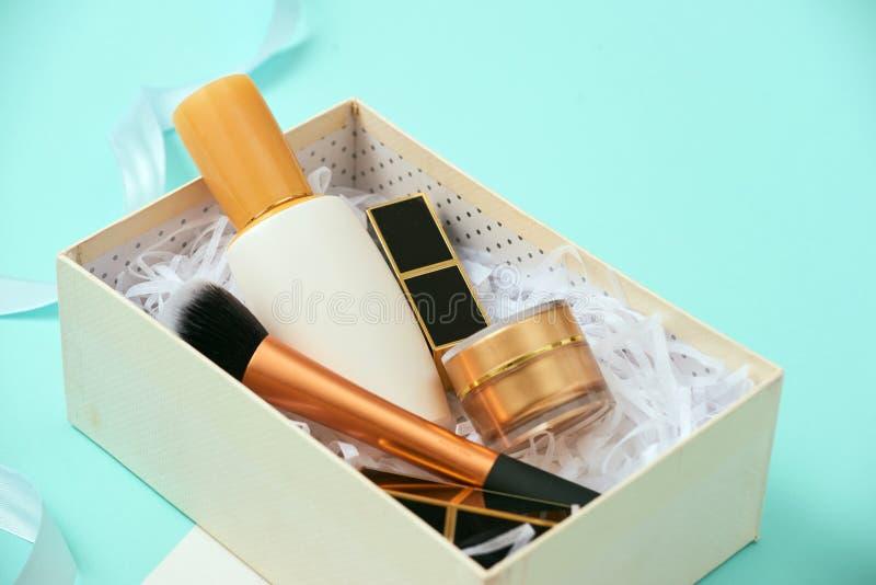 Maak omhoog giftdoos met serum, bloos binnen, borstels, room en lippenstiften royalty-vrije stock fotografie