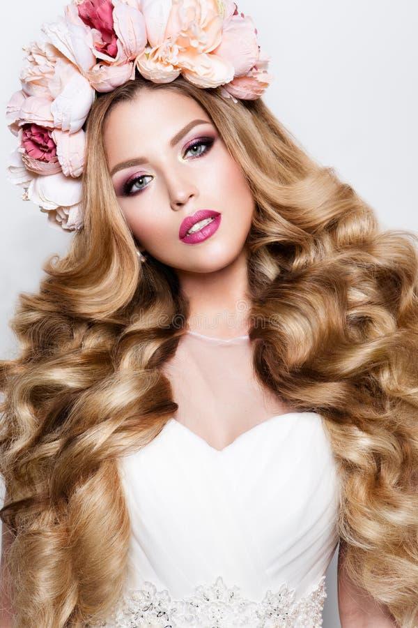 Maak omhoog Glamourportret van mooi vrouwenmodel met verse make-up en romantisch golvend kapsel stock fotografie